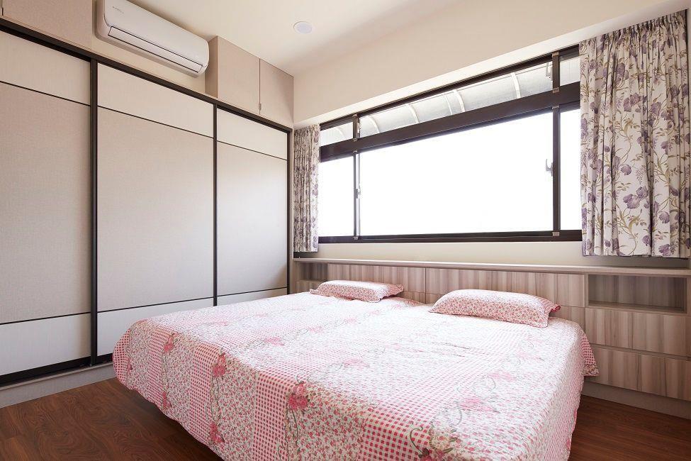 長輩房依據爸媽多年的睡眠習慣,仍將床頭靠窗,鋪上色澤柔美的窗簾與床單,如今一樣的方向,卻再也不見老舊、傾頹的面貌。