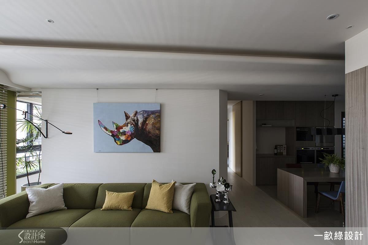 客廳和後方書房保留讓日光流動的空間,天花則以溫婉線條表現出雲朵的舒展變化,由客廳延伸至餐廚,連結領域間的親密關係。