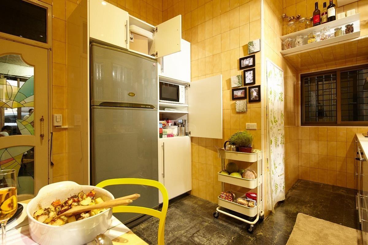 原本冰箱擺放的位置阻擋了視線,利用METOD系統廚櫃把冰箱以及微波爐等小家電整合至側邊的轉角,原本的位置則用來放置洗碗機,不但視線開闊了,料理動線也變流暢!