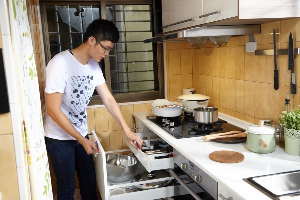 廚房中各式各樣的刀叉小物也需要好好收納,才能讓上菜的程序優雅又迷人。挑選適宜的抽屜尺寸,再搭配靈活的抽屜面板,讓你可以隨時輕鬆找到需要的餐具或瓶罐!