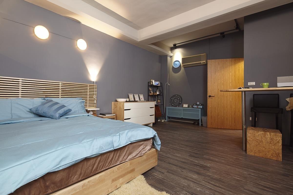 衣櫃不一定要靠牆擺放,轉動90度之後反而能變成睡眠區與更衣室之間的隔間量體,再搭配透光拉簾,讓採光能均勻分布其中。