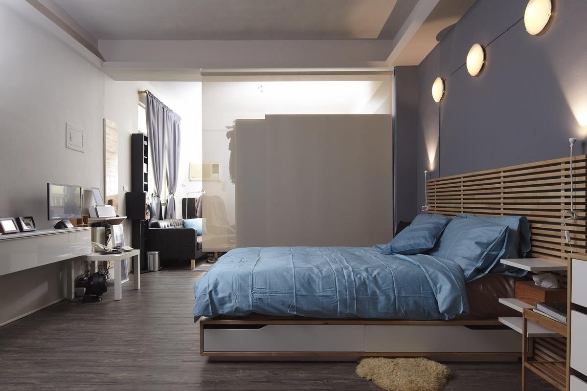 床組是臥室空間中最主要的家具之一,利用床框搭配抽屜就能輕鬆收納冬日的大型棉被或換季衣物,再搭配床頭抽屜櫃,讓睡眠空間能不被雜物干擾。