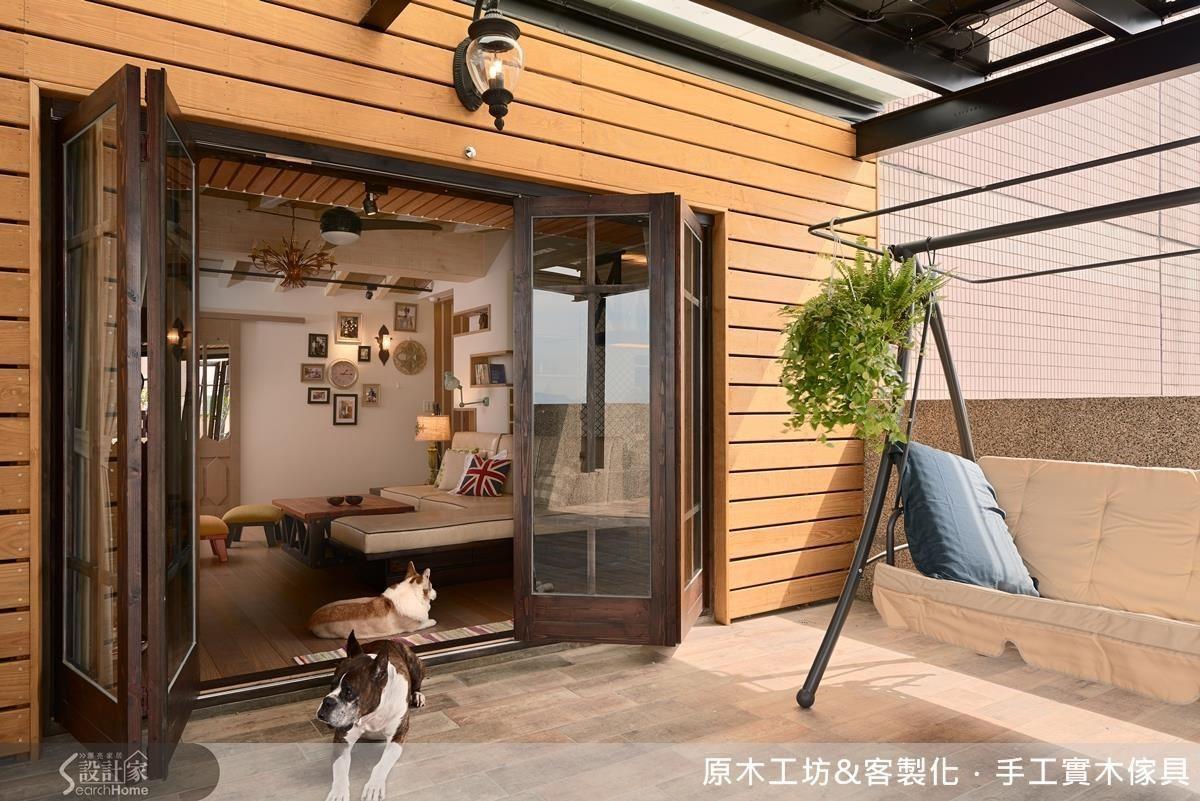 在 39 樓擁有獨立的陽台是件多麼美妙的事!壁面使用適合戶外的南方松,地面鋪設木紋磚,不僅適合寵物起居行走,清潔起來也簡單容易。