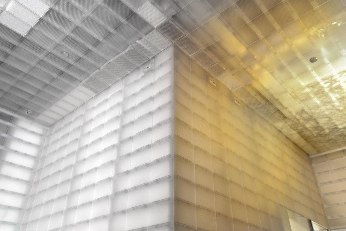 餐廳採用一種可以循環再用的阻燃塑料製作牆身和天花,而爲了增加項目的環保元素,以塑料在第一次注塑成形之後剩下的塑料稱二次塑料。採磨沙表面處理的塑料牆身和天花予人輕巧的感覺,像個簡約的半透明盒子,因其透明度低的特質,裡面和後面不同方向的光源會産生不同的視覺效果,使白天與夜晚有著截然不同的氣氛。