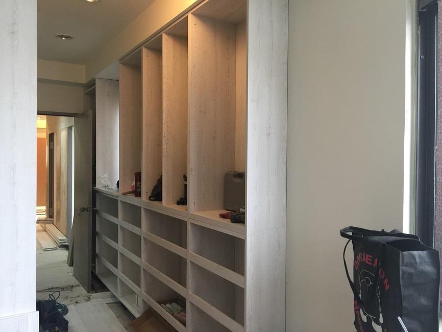 在進行系統櫃板材挑選時,挑選色調輕淺的板材,更有空間放大的效果。
