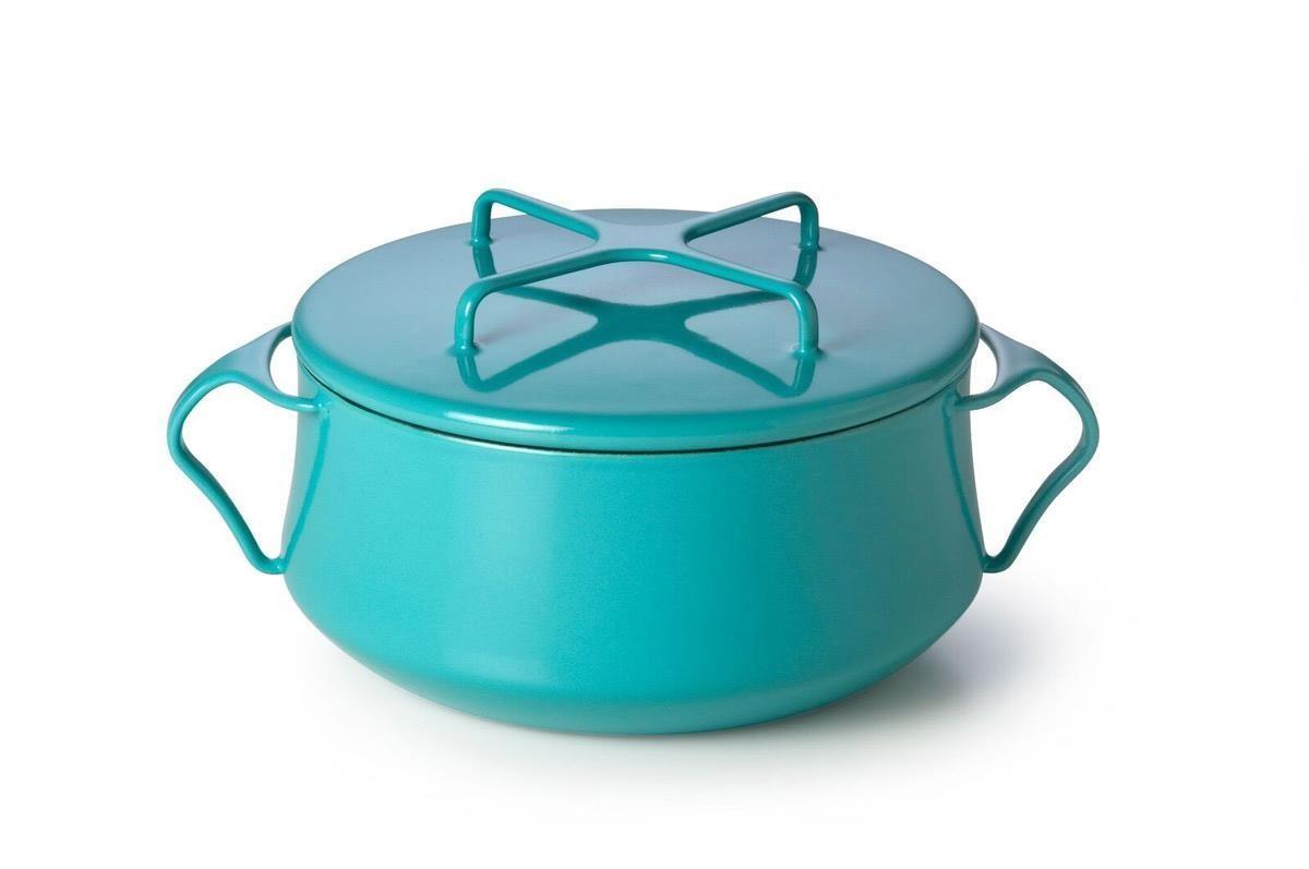 色調溫潤柔嫩的 DANSK 雙耳砂鍋,讓烹飪也能有療癒氣息。