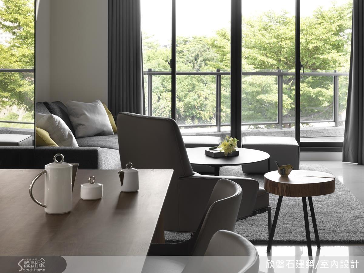 以大面積落地窗框設綠意,成功將景色帶入室內設計。