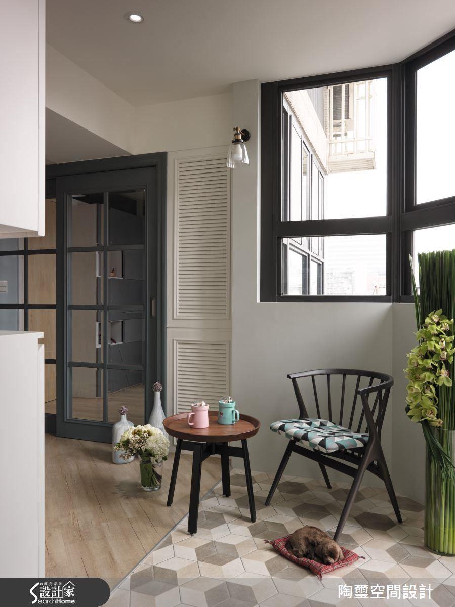 玄關以六角花磚界定落塵區,並善用其坪數優勢,設置櫃體並擺放單椅,達到收納與休閒的目的。