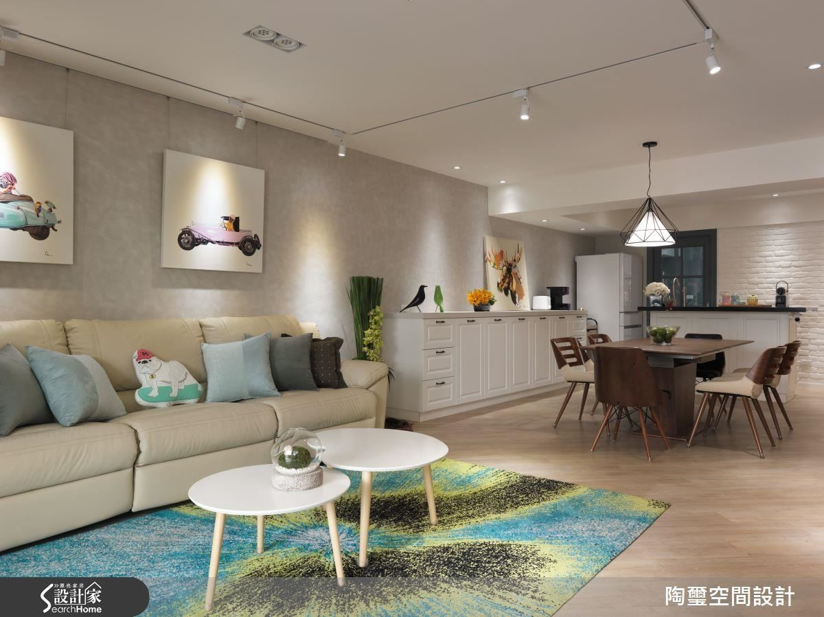 由於房屋後段受光面積較小,設計師選擇以純白色調作為基底,提升空間亮度。