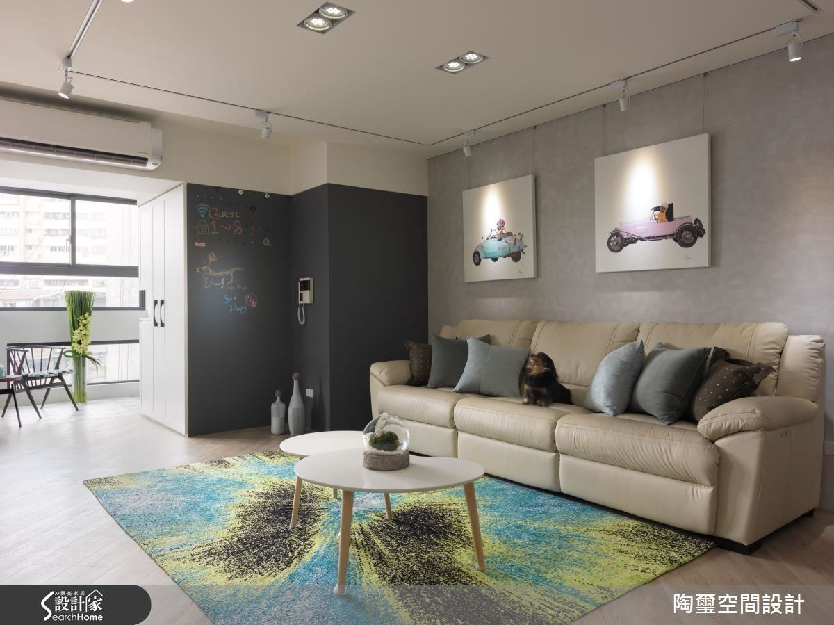 設計師為年輕的屋主夫妻在整體空間內注入生機蓬勃的清爽色彩之外,更以大面積黑板漆為空間增添層次與趣味性。