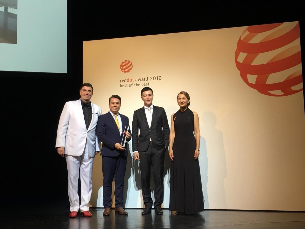 「天坊室內計劃」張清平設計師(左二)榮獲全球設計界的三大指標獎項-德國紅點設計大獎室內空間設計金獎(best of the best),由紅點設計獎主席Peter Zec (左一)親自頒獎授證。