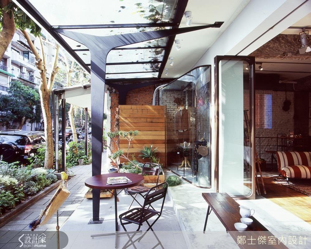 將行道樹的樹叉造型,以鐵作做出結構柱體,或是化為層板架的區隔變化,都是融合環境將街景引入室內的巧妙設計。