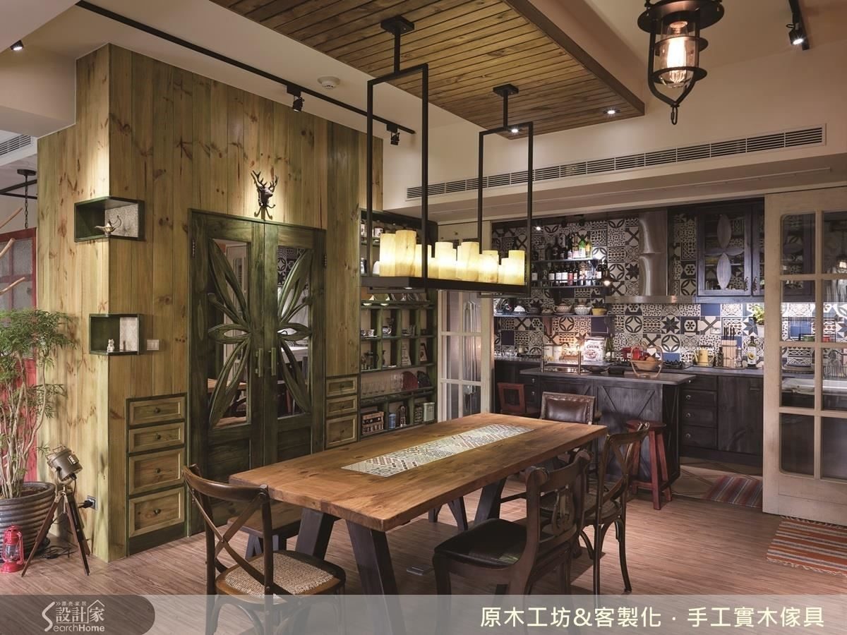 大尺寸的餐桌,滿足屋主宴客的需求,木質桌面鑲嵌特色花磚,增添活潑感也巧思地幫桌面做了一些排列的區隔;低彩度的雕花綠扇門與木色抽屜,其實是大型器具的儲藏空間,善加利用倉儲空間的外部輪廓,將轉角嵌入兩個凹面展示架,讓收納也能充滿美感。
