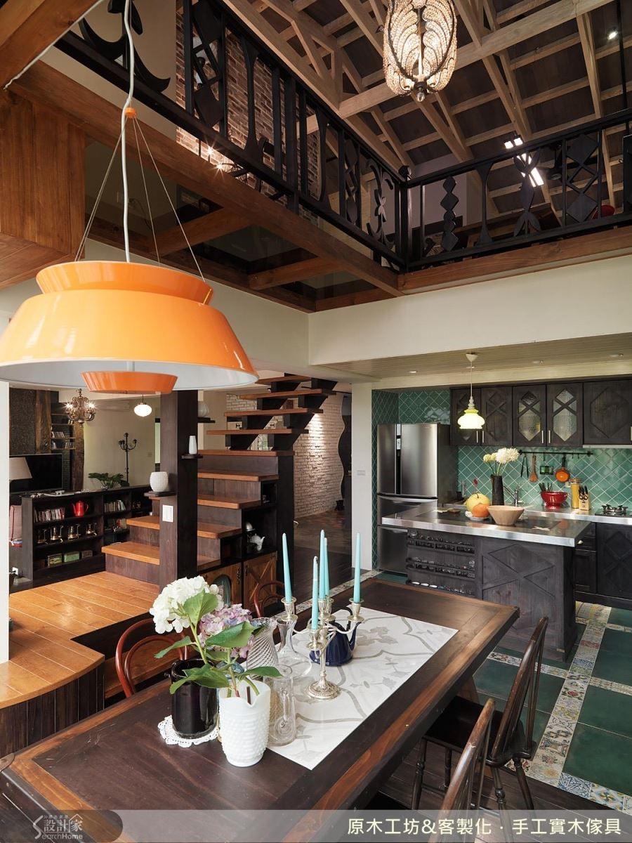 這是一處位在郊區的房子,因此廚房設計的調性為木質、花磚、綠彩,開放式廚房,用地磚與木地板,切割空間上做了一個界限,但與戶外空間的連結卻不受影響;不鏽鋼檯面結合木質櫃的中島,冷熱相交,相互平衡協調。