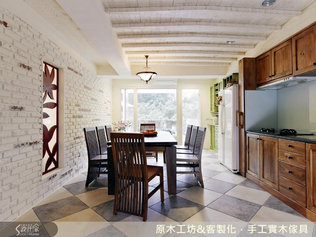 溫馨、寬敞、明亮,擁有最美的元素:採光。因為光源充足,以深色的餐桌、櫥櫃,也不用擔心,保留大片的落地窗採光,引光入室,把大自然的美帶進來,就是最美的設計。