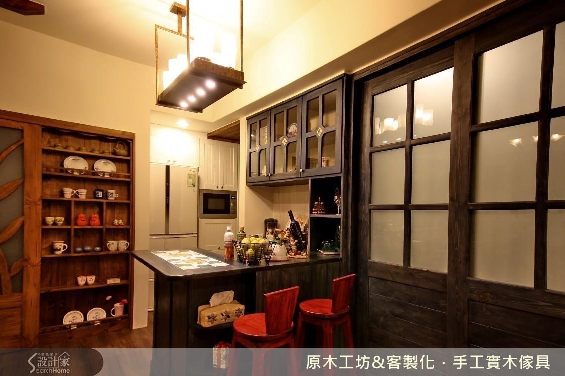 因室內空間不大,木草造型的拉門,是掩蔽展示櫃的造型門,也是另一處空間的拉門。屋主以收納為廚房設計的主軸,以吧檯的形式作呈現。設計師將整體櫥櫃、吧檯、流理檯都做收納的延伸,落地的部分還保留雙面櫃的功能,對內收納電器,對外做雜物收納,讓屋主夫妻有充分的收納選擇又可以享受下廚時,相互聊天對談的生活情趣。
