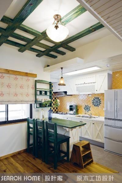 保留屋內原本的牆面與櫃體設計,不敲牆,簡易地更換流理檯、中島吧檯的門片,以顏色做出區隔,就可以輕易塑造鄉村風格感的溫馨廚房。