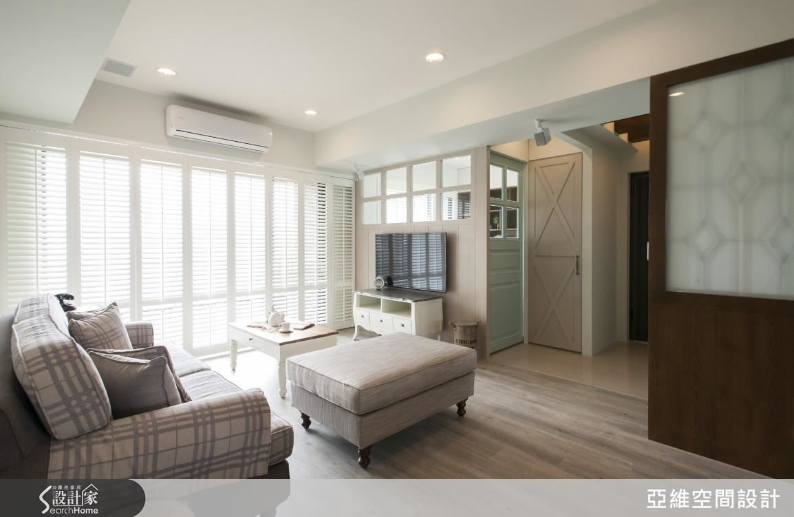 透過實木百葉的規劃,有效的調節進入室內陽光的強弱與飽和度,也讓廳區擁有充分的光影層次,開闊且明亮。