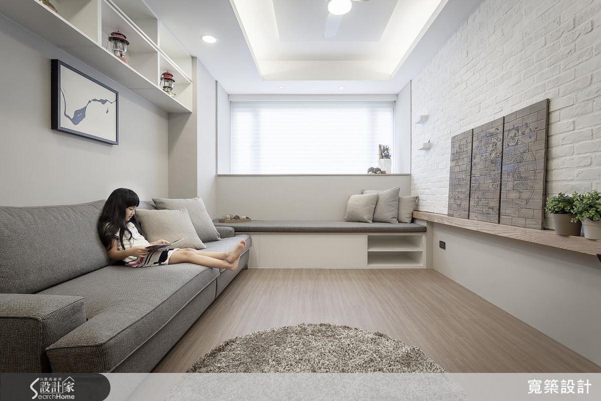 客廳具有完整收納功能,於臥榻下方、窗檯下方以及沙發後牆吊櫃皆能滿足一家 5 口的生活需求。有效利用開窗位置,配置臥榻,在休息之餘,也能感受到陽光與微風的輕拂。