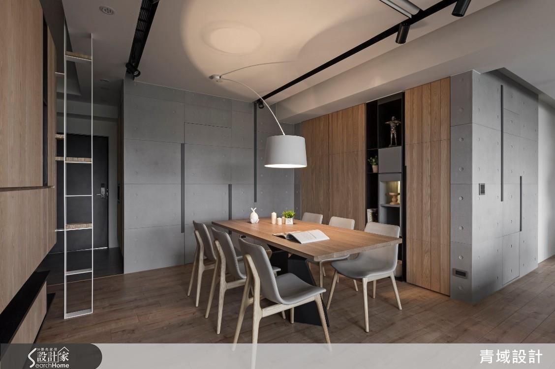 在不變動天花板設計,與保持餐桌動線流暢的前提下,設計師挑選了這款中軸偏移吊燈,使餐廳不因移位而失去對稱性。
