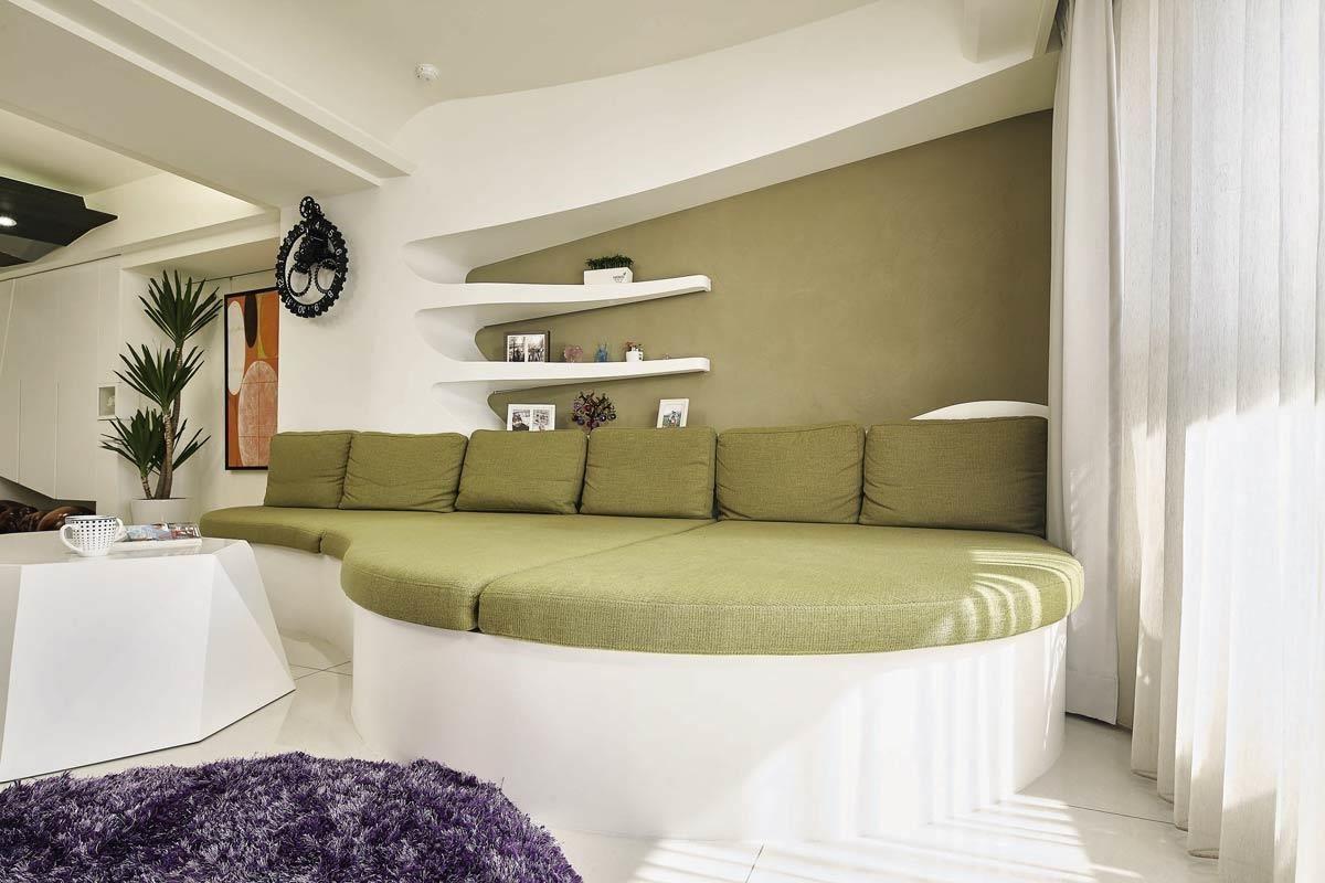 客廳流線綠色沙發為空間一大焦點,搭配綠色結合白色也成為公共開放空間最大特色,展現清淨的無壓放鬆與健康舒適。