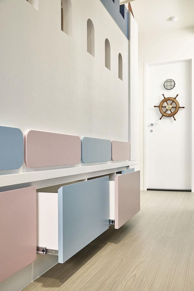 將房間創造出城堡情境,底部的推拉收納抽屜,運用粉紅及天藍二色交錯,實用美感兼具,也讓空間更活潑。