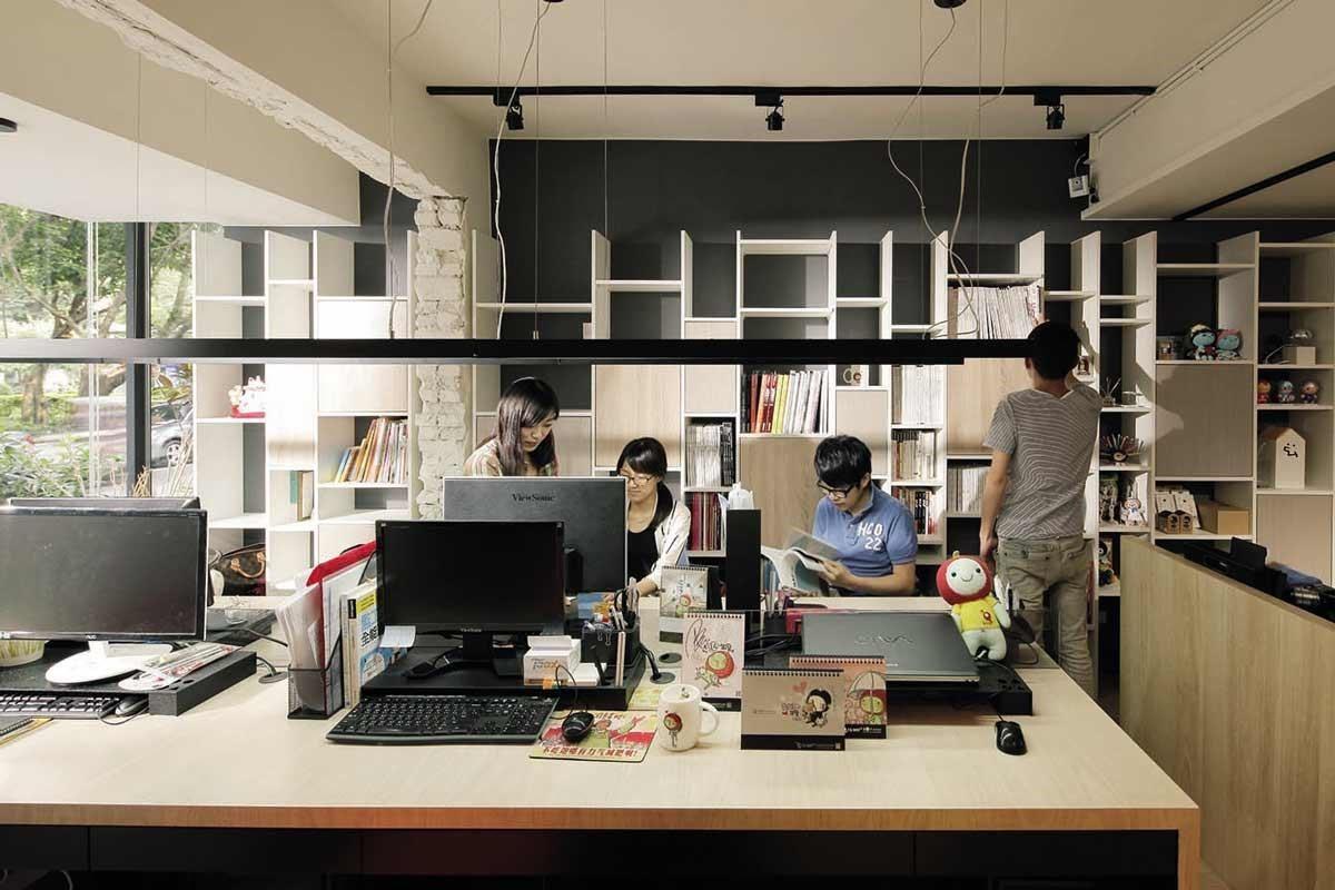 在公共空間配置一整面線條交錯的白色格狀書櫃,選擇較深的鐵灰色,讓空間更沉穩安靜,並拉長視覺景深及層次。
