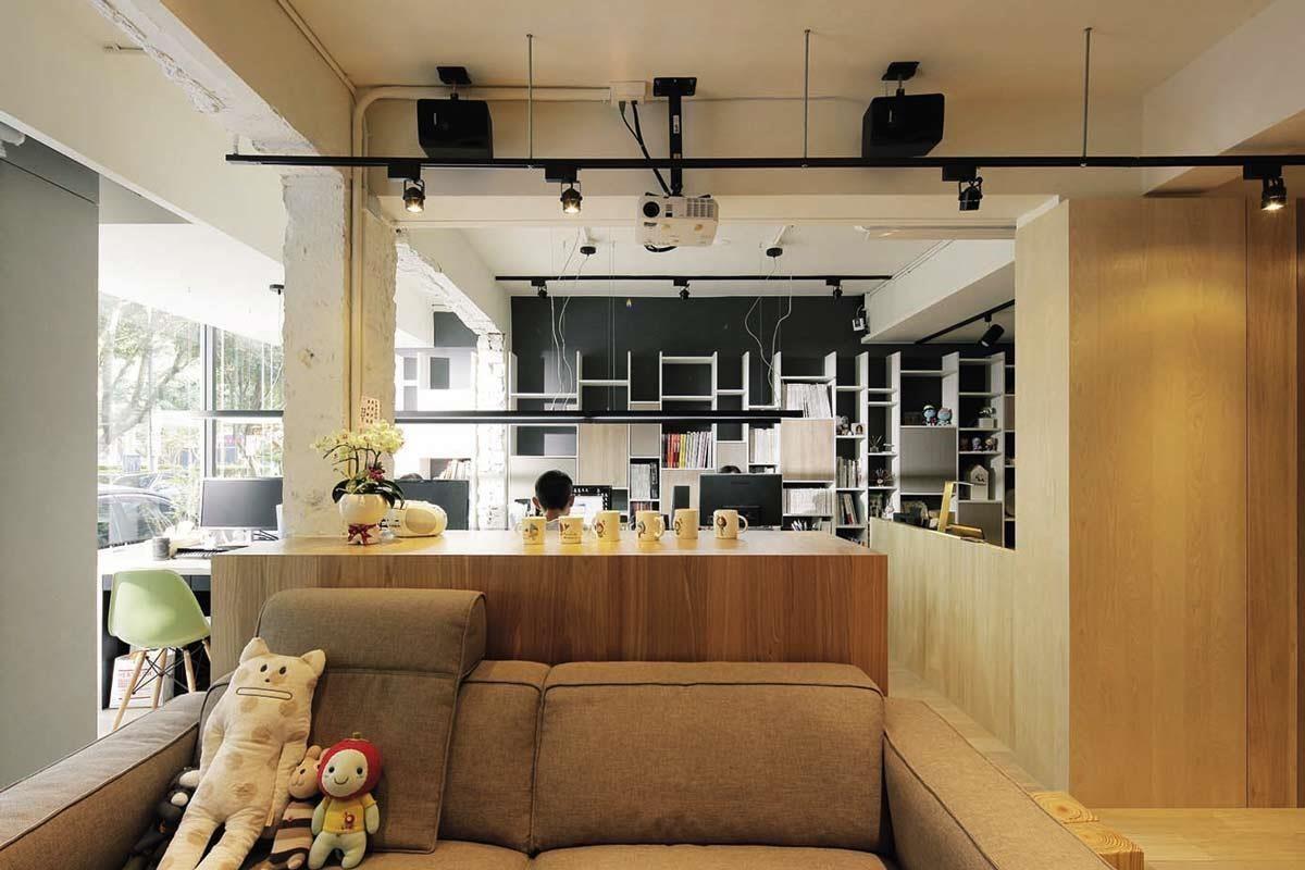 工作空間主要色系以白色為主,保留裸露樑柱的原始粗獷感,單純漆上白色乳膠漆,呈現簡單的舒適溫馨氛圍。