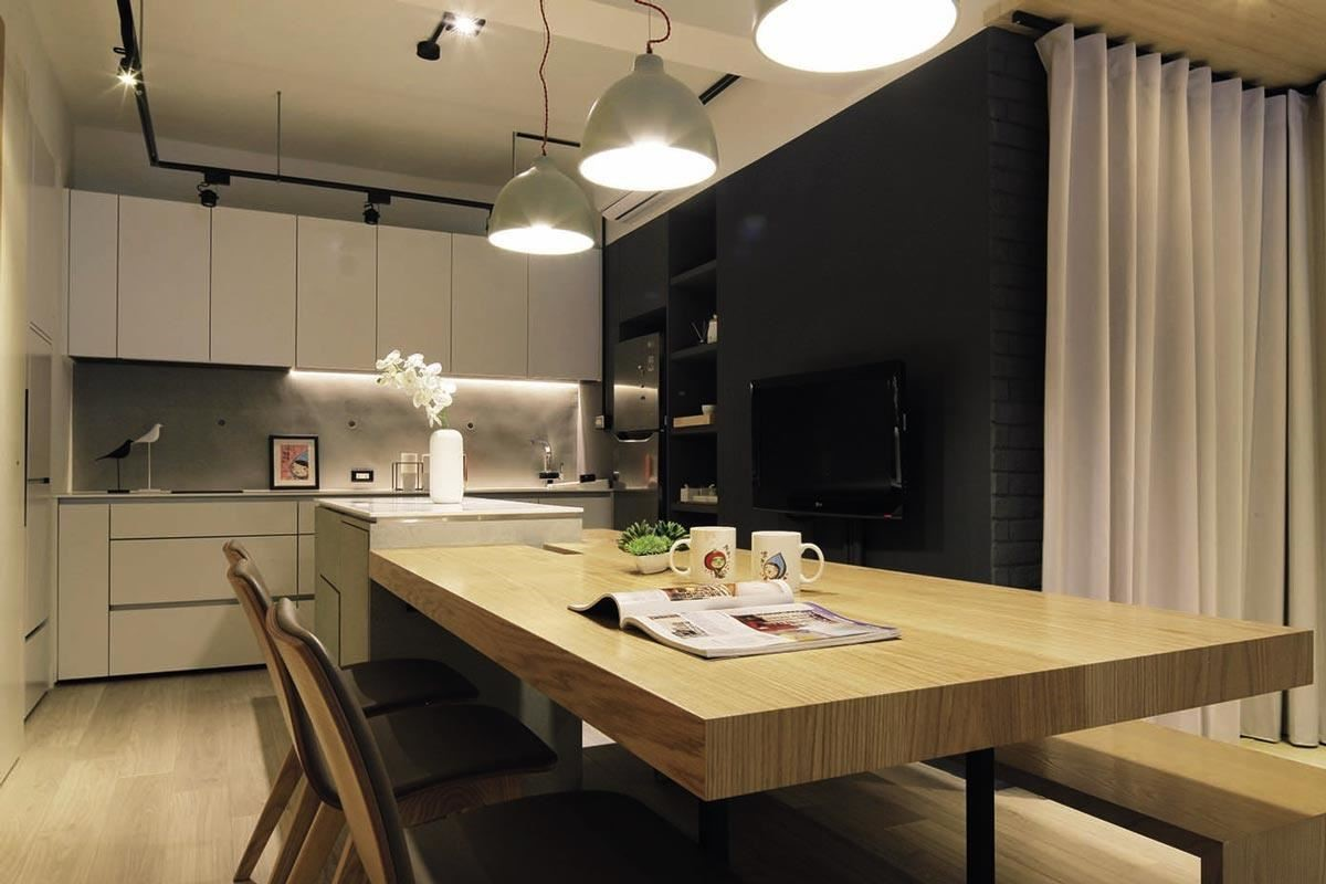 接待空間跳色牆面從黑板漆到乳膠漆,使用帶暖調的藕灰色,搭配清水模牆面及原木色,溫暖色調讓人感到放鬆及舒適。