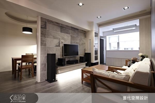 22 坪也能打造 3 房 2 廳?巧妙將餐廳空間置於電視牆後方,成功收整動線。