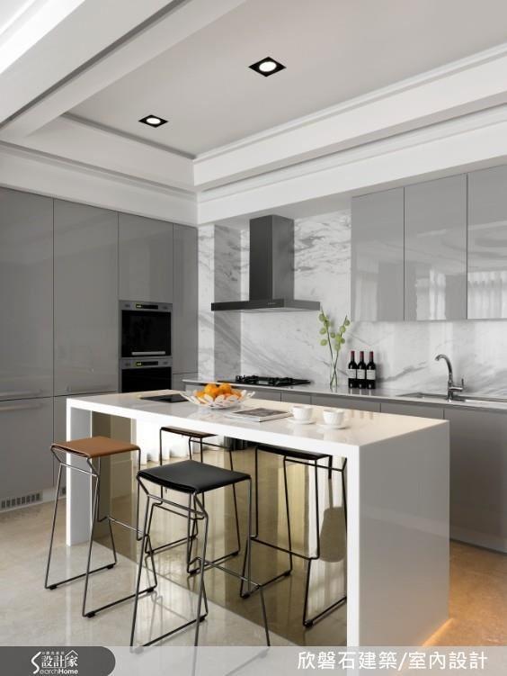 天花回歸經典以圓與橢圓型結合,放大空間尺度。廚房以特殊表面處理的淺色大理石材拼花舖陳,表現一致的精緻質感。