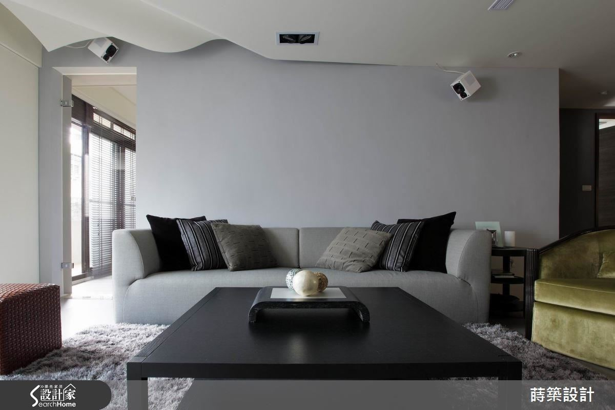 波浪布紋般的天花板雖然只有一小角,但已經讓整個空間因此舞動了起來!會做這樣的設計,其實是因為右側天花板上有樑,不得不包覆,卻又不想讓空間因此受到壓迫,於是以波浪取代平板,反而成為亮點。