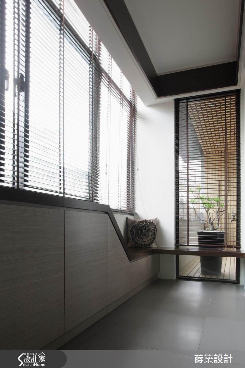 另一半則以玻璃隔開,擺放盆栽做出端景感覺,成為書房的陽台。