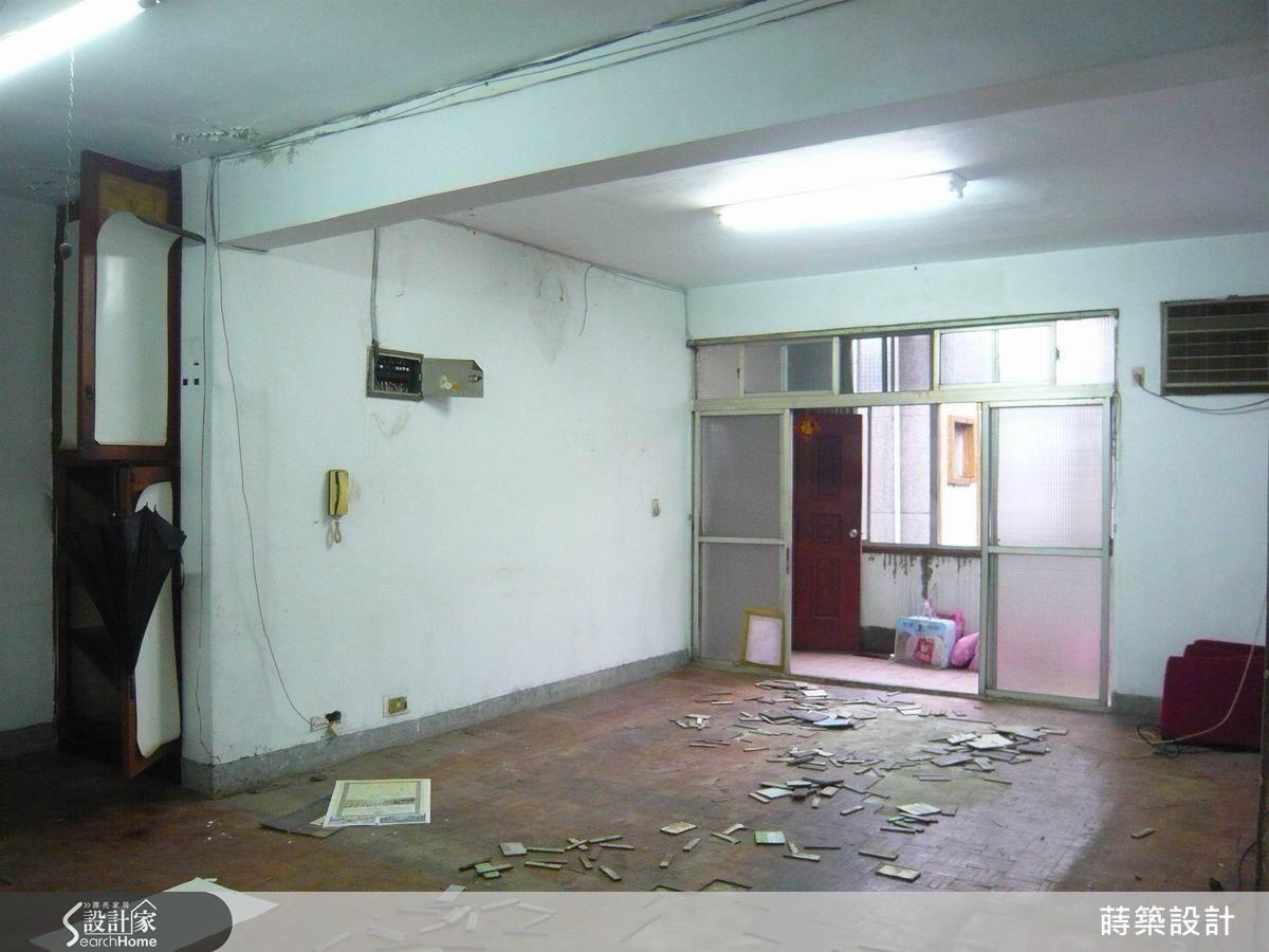 對比改造前的客廳,白天還需要開燈,新的客廳空間顯得明亮許多,因為陽台的落地門拆除後,分為兩部分,一部分供客廳使用,做出半高的鞋櫃,再斜切做出穿鞋椅。