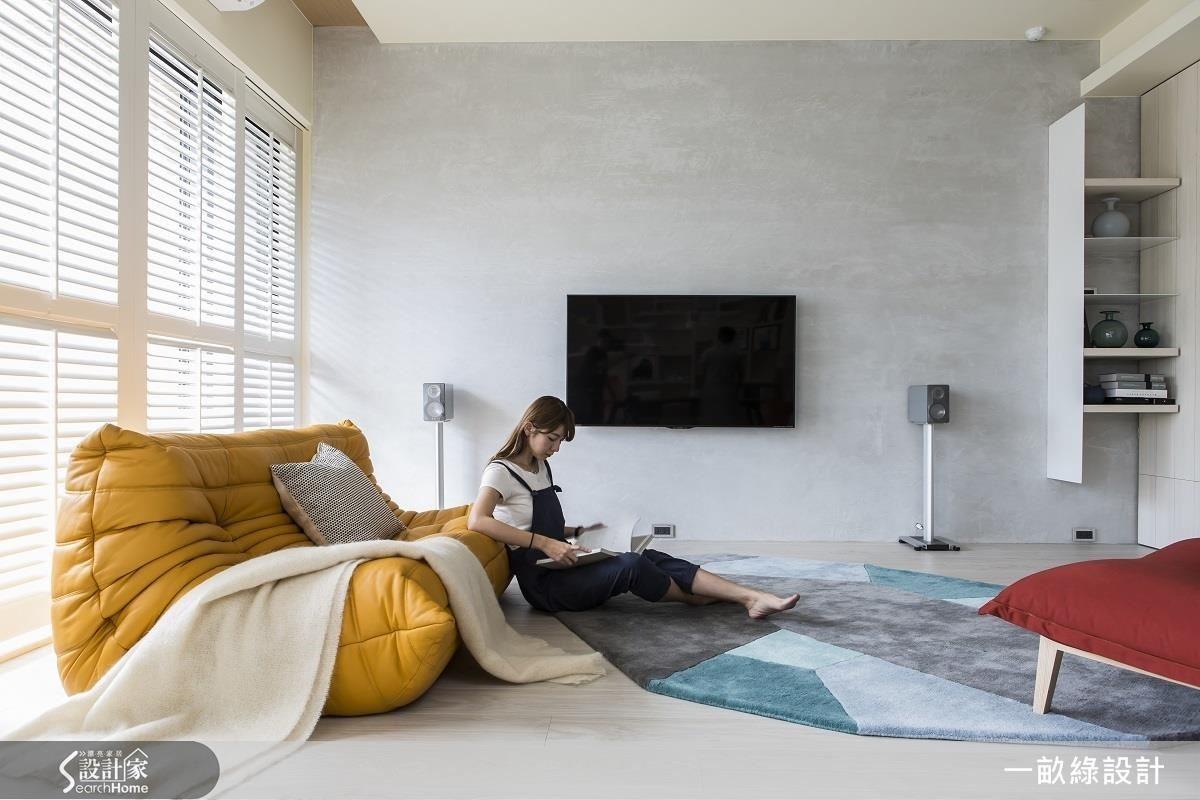 輕盈的懶骨頭沙發、單椅等家具,可以按照使用者的需求挪動位置,展現空間的各種可能,以及隨性自在的生活態度。