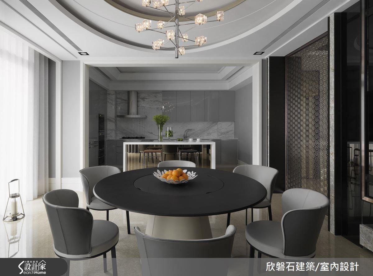 開放式的餐廚場域一氣呵成,用無彩色調提升空間質感,展現成熟品味的精粹藝術。
