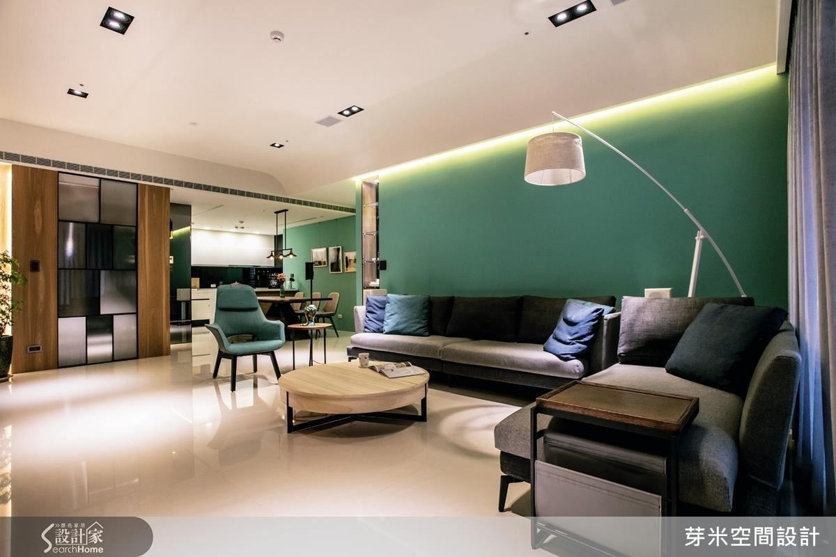電視牆以 石薄片切割「工字」線型, 與木作鐵件展示櫃,空間工整更添人文氣息。