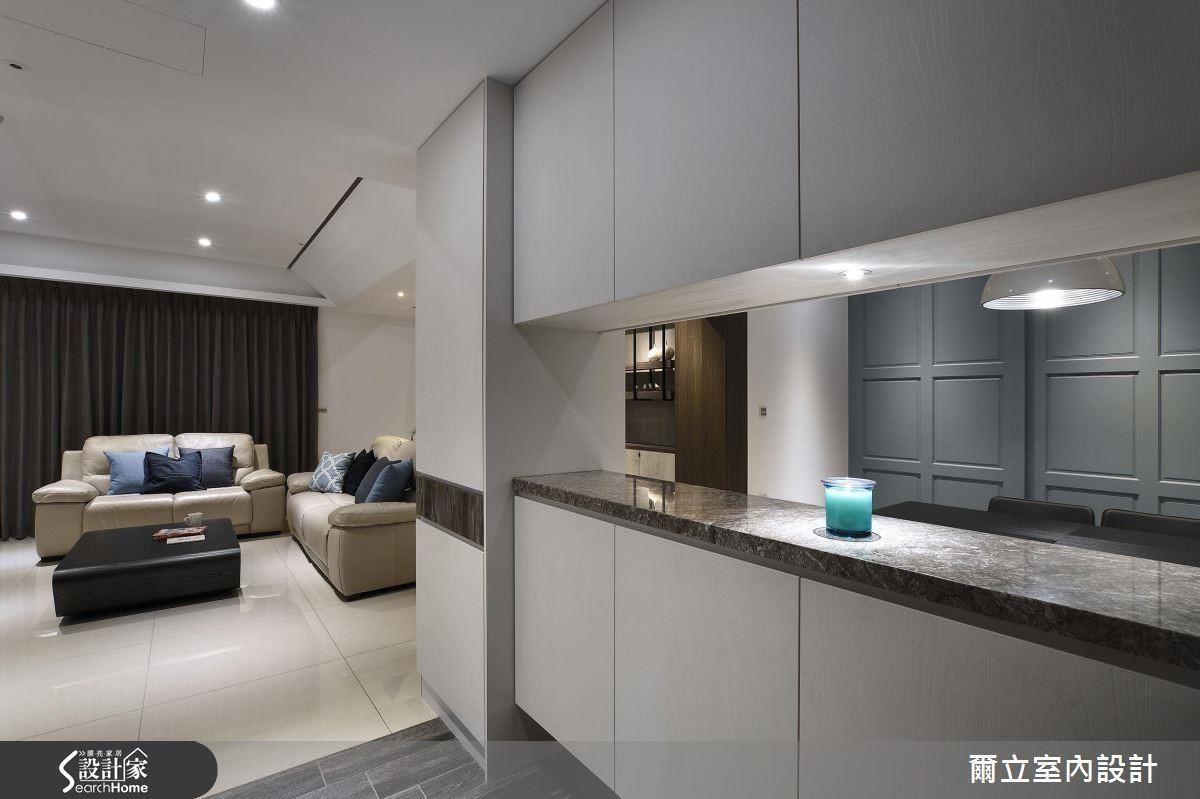 利用玄關收納櫃的穿透手法,不只消除櫃體本身的沉重感,更為空間設計上帶來趣味性。