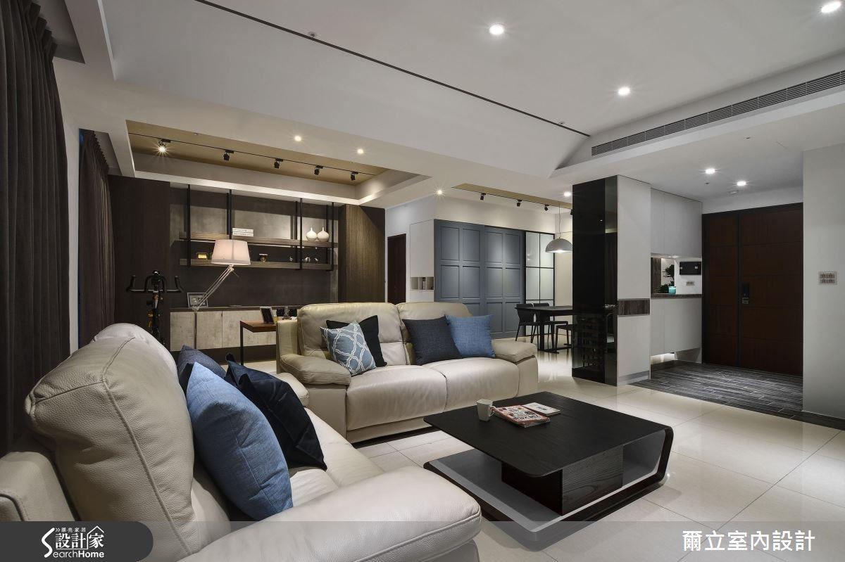 採用屋主原有的淺色家具,並搭配天地壁的白色調,為空間營造寬敞純潔之感。後方的開放式書房,成為另一個隱性場域,既能延伸客廳景深,更增添空間使用的多元性。
