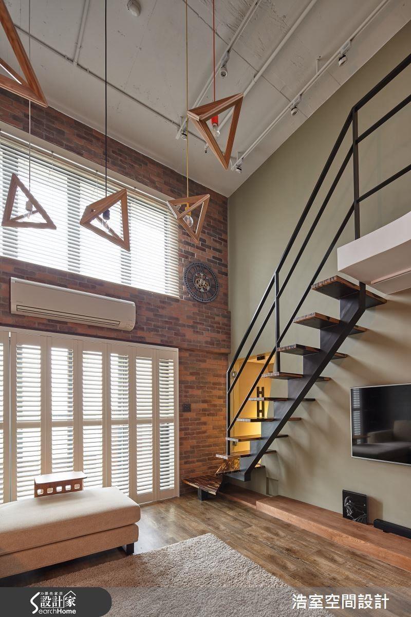 微調格局後,新空間刻意裸露天花板設計,突顯工業風格,別致的三角吊燈提供空間趣味。