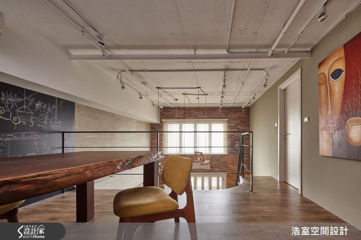 拆掉天花板後, 5 公尺的樓高優勢展露無遺,裸露的天花板設計透過管線的橫直穿插線條,呈現視覺延伸效果,牆面的黑板漆間接性地區隔空間,也穩住了空間氛圍。