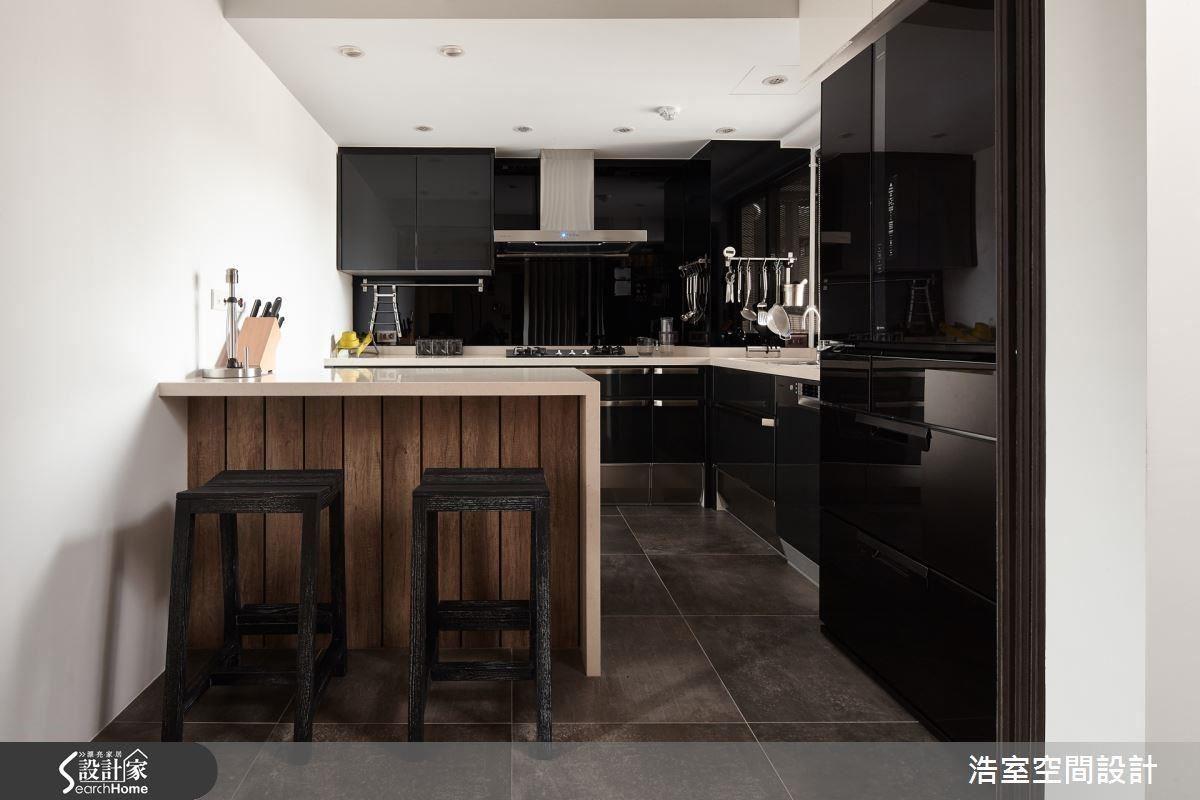 在廚房另有中島吧檯設計,剛好適合 2 人親密晚餐,黑白雙色的廚房因為了有復古木條的調和,就不至於顯得冰冷。
