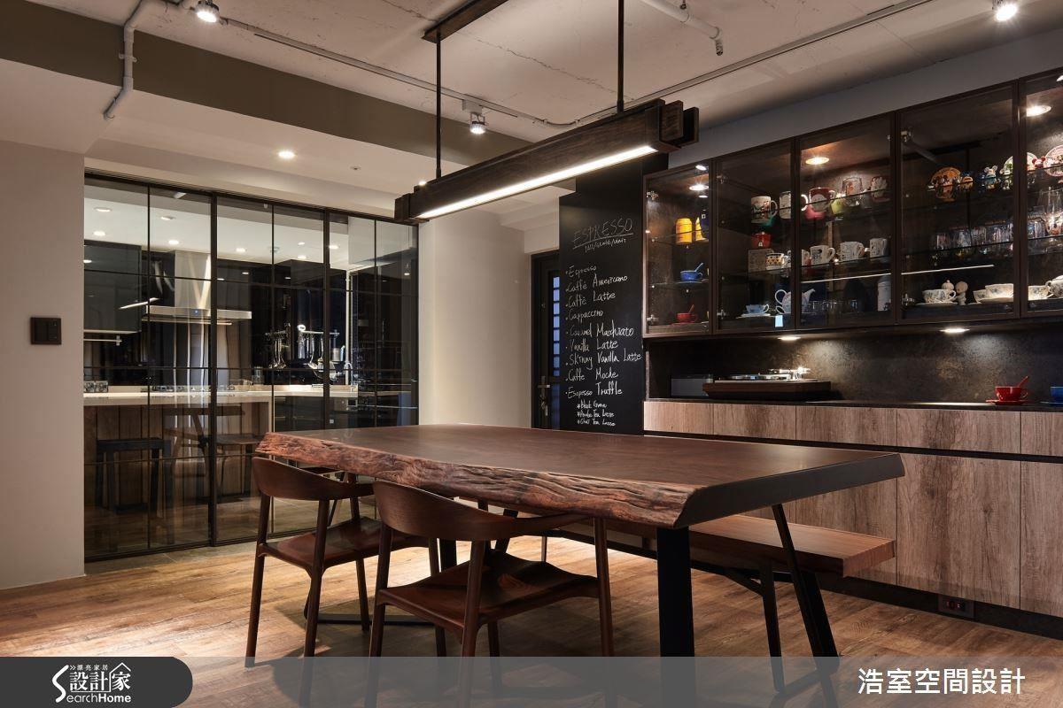 愛下廚的男主人有了專屬於自己的舞台,長形的原木餐桌、整排的餐櫃,非常適合招待朋友共享歡樂時光。以玻璃與鐵件做出格子拉門,串聯工業風元素,提供廚房明亮又獨立的發揮空間,也增加家人與朋友的互動機會。