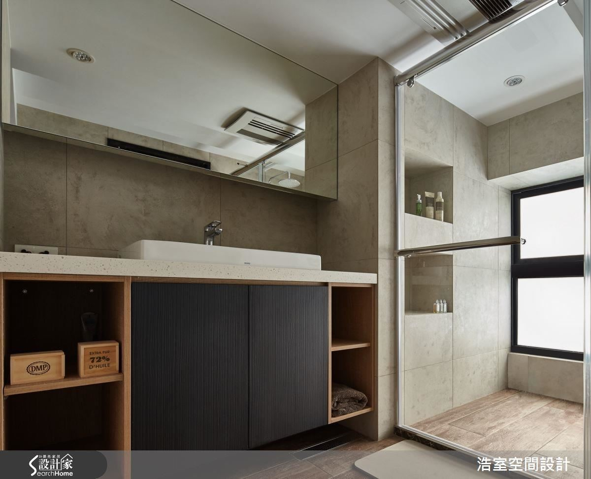 利用木質的紋理做為臥室的自然裝飾,間歇的挖空讓收納機能不變,但櫃體壓力大大減輕,與衛浴採用清水模壁磚一樣,也在壁面刻意挖空,增加收納,也讓空間喘口氣。