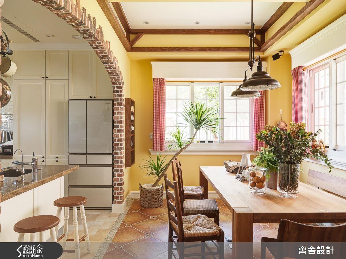 復古的鐵製吊燈與紅磚、實木與格狀窗搭配,創造經典美式氣息。