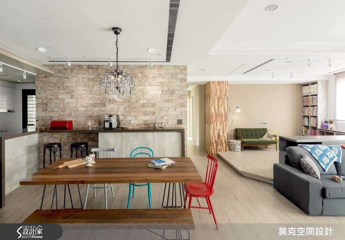 利用繽紛的鐵件單椅點綴,與木地板及文化石牆面構成休閒氣息濃厚的北歐風格。