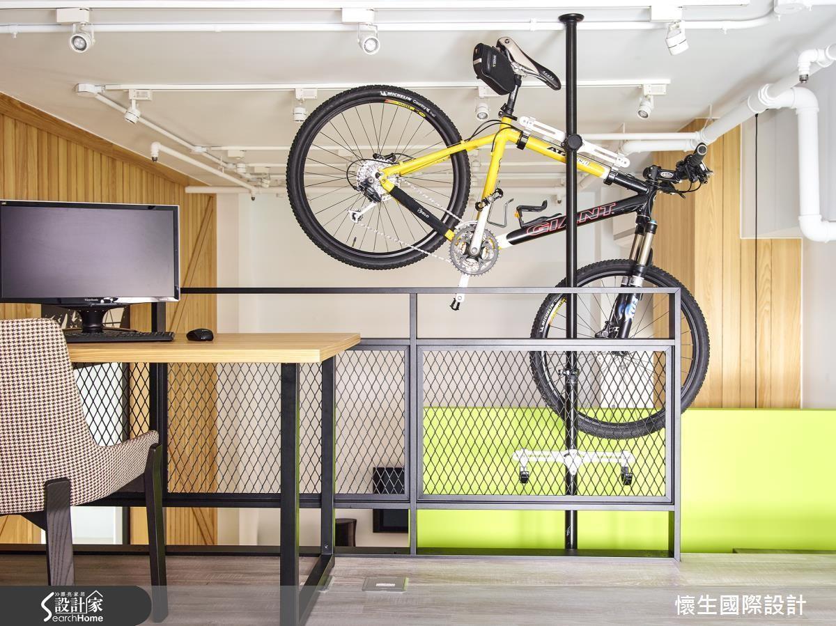 腳踏車收納超占空間!那就善用立面,以圓管鐵件架高車體,讓居家動線超流暢!