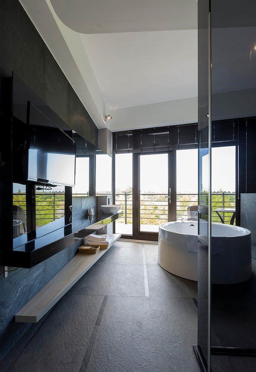 攝影_江建勳/主臥室結合小型起居空間和衛浴,簡化不必要的走道,打造回字動線,不浪費任何一坪空間!
