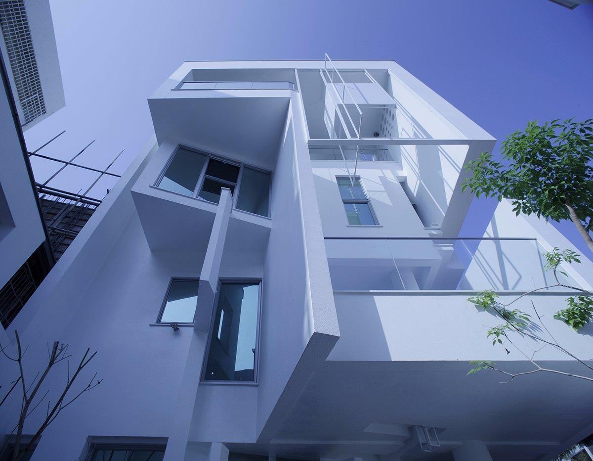 圖片提供_董育綸建築師事務所/東側部分的建築外觀做了許多開窗、露台設計,豐富立面表情,也順勢替空間引入光線和導入風。