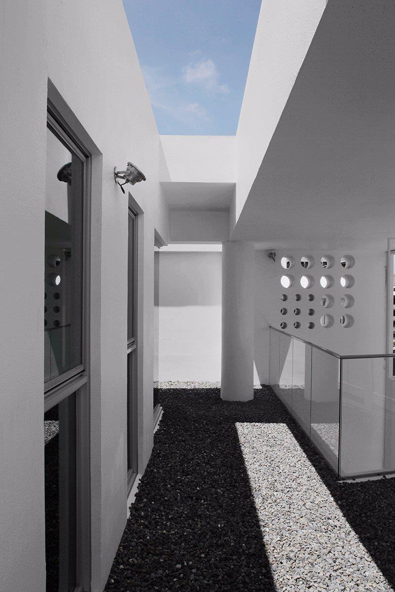 圖片提供_董育綸建築師事務所/這棟鋼筋混凝土結構體,以白色塗料創造出簡單、乾淨的建築立面,適合南部的氣候,也替舊社區帶來不一樣的視覺感受。